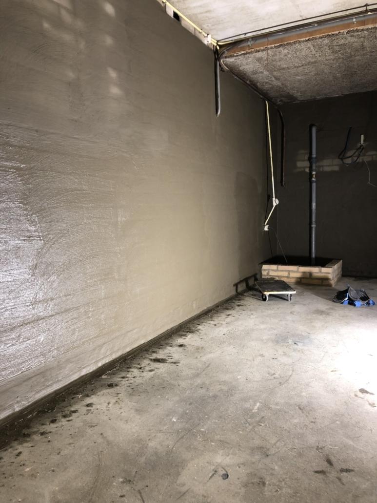 Waterdichte lagen aangebracht op binnenkant keldermuur